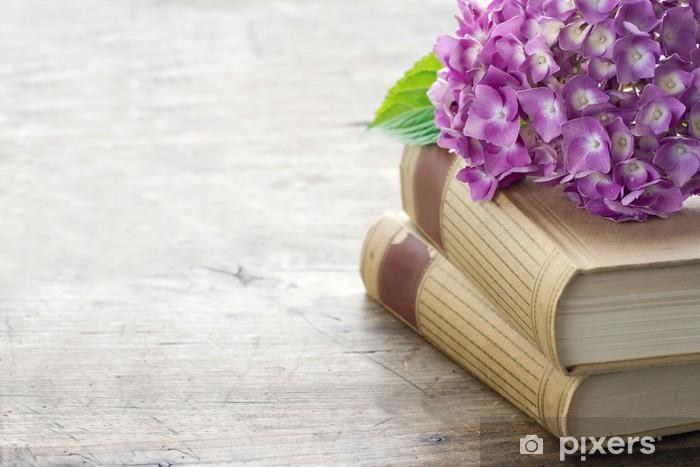 Fototapeta winylowa Stare książki z różowymi kwiatami i miejsca kopiowania - Kwiaty