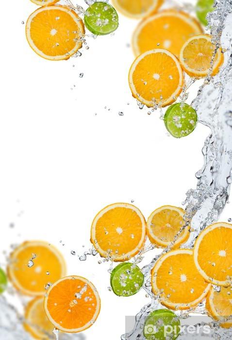 Vinyl-Fototapete Frisches Obst im Wasser spritzen - Früchte