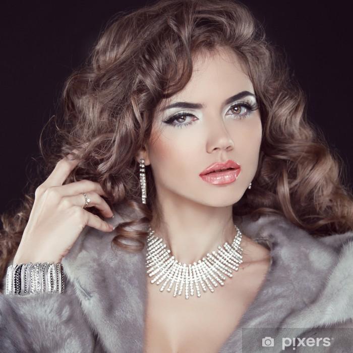 Fototapet av Vinyl Smycken och mode elegant dam. Vacker kvinna klädd i Lux e8449319e7fc0