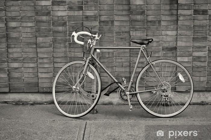 Nálepka Pixerstick Vintage kolo zaparkované na ulici - Na cestě