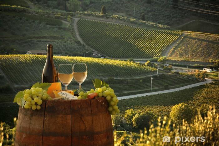 Fototapeta winylowa Białe wino z winnicy, w Barell Chianti, Toskania, Włochy - Tematy