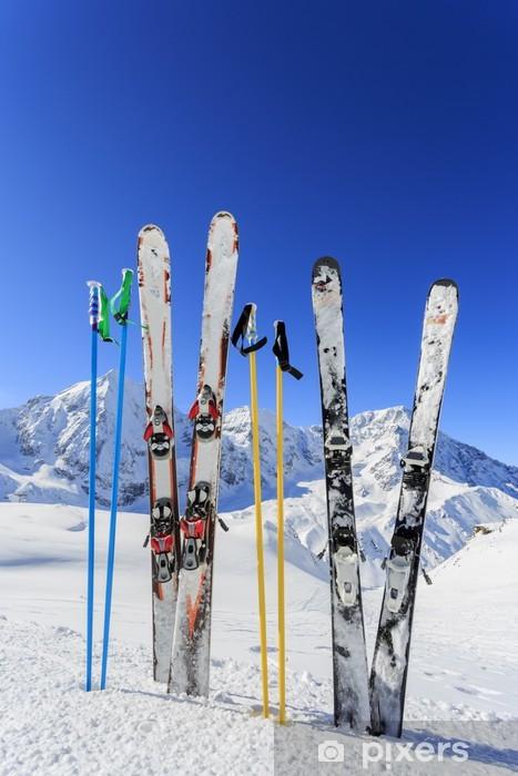 Papier peint vinyle Ski, montagnes et des équipements de ski sur les pistes de ski - Thèmes