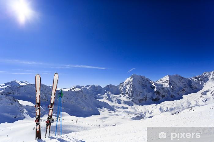 Fototapeta winylowa Narty, góry i sprzęt narciarski na stoku narciarskim - Narciarstwo