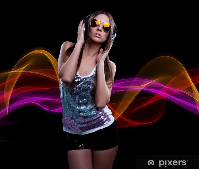 Carta da Parati in Vinile Giovane donna DJ godendo la musica in cuffia 15c6c047f8cc