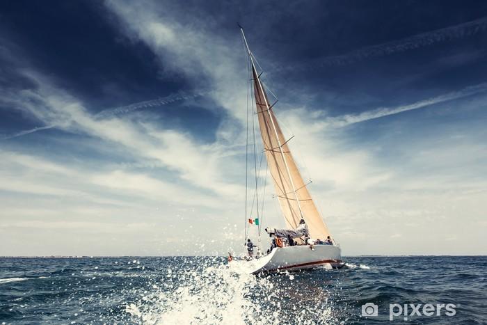 Fototapeta winylowa Żeglarstwo jachty z białymi żaglami statku - Lato