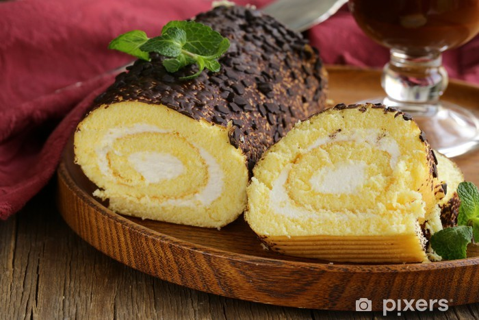 Naklejka Pixerstick Vanilla cake roll z ganache czekolady i śmietany kremowej - Posiłki