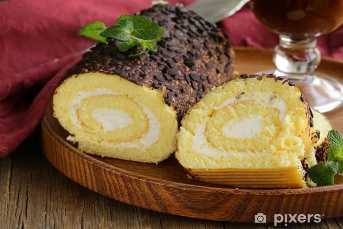 Papier peint vinyle Roll cake à la vanille avec ganache au chocolat et crème onctueuse - Repas