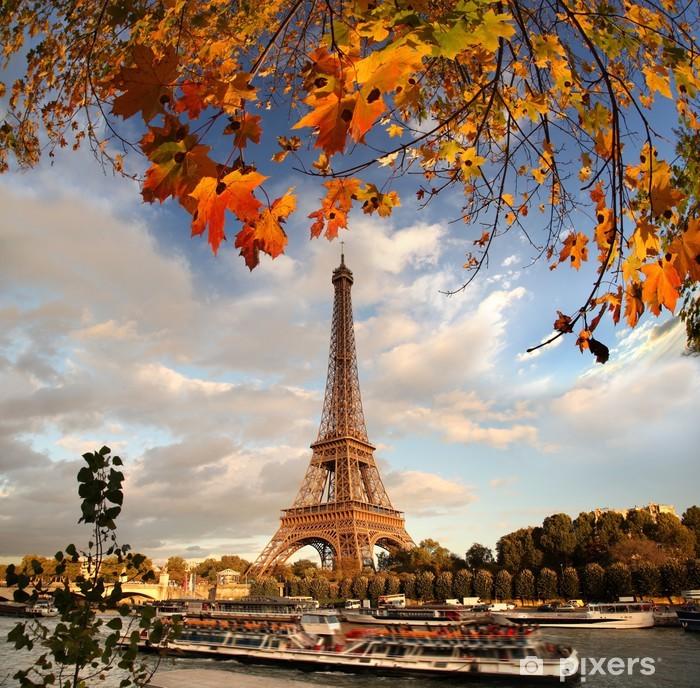Fototapeta winylowa Wieża Eiffla z liści jesienią w Paryżu, Francja - Tematy