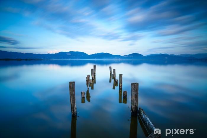 Naklejka Pixerstick Drewniane molo lub molo pozostaje na jezioro. Versilia, Toskania, Włochy - Europa