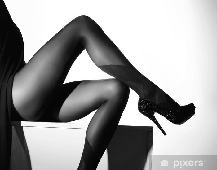Fototapeta samoprzylepna Czarno-białe zdjęcie piękne nogi w pończochach - Moda