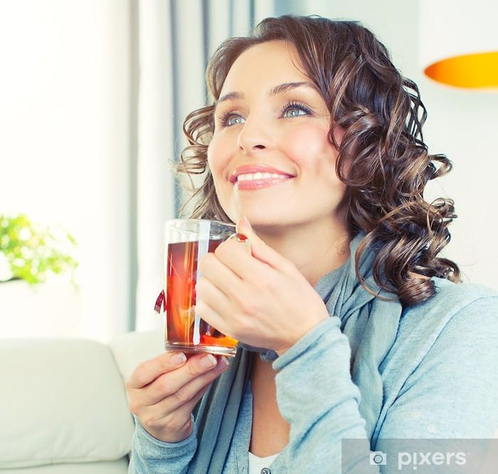 Nálepka Pixerstick Krásná dívka se těší kávu. Žena s šálkem horký nápoj - Jídla