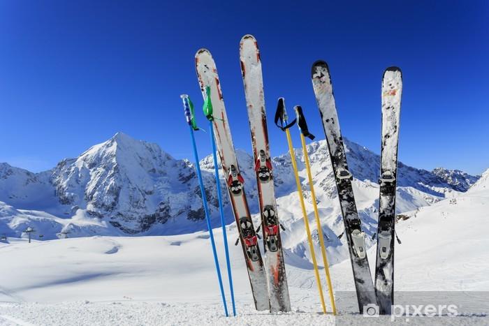 Naklejka Pixerstick Ski, sezon zimowy - sprzęt narciarski na stoku narciarskim - Narciarstwo