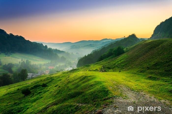Fotomural Estándar Ladera cerca del pueblo en la niebla de la mañana - Paisajes