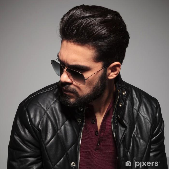 Papier peint Profil d un jeune homme en lunettes de soleil et veste en cuir 37dab71147b0