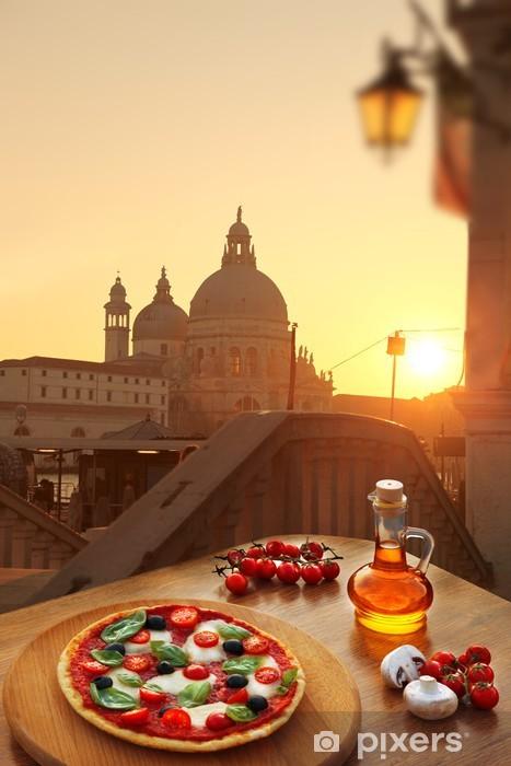 Fototapeta winylowa Klasyczna włoska pizza w Wenecji, Włochy - Miasta europejskie