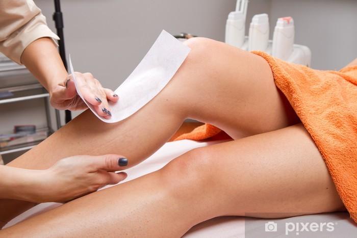 Sticker Pixerstick Esthéticienne Waxing de jambe d'une femme - Beauté et soins du corps