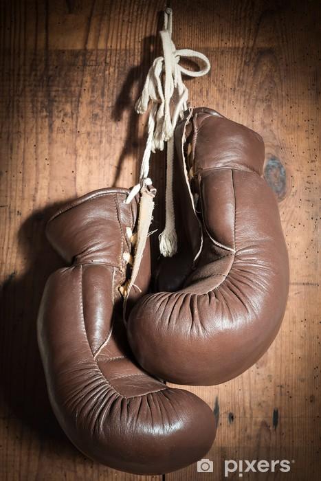 Fototapet av Vinyl Gamla boxhandskar, hängande på trävägg - Teman