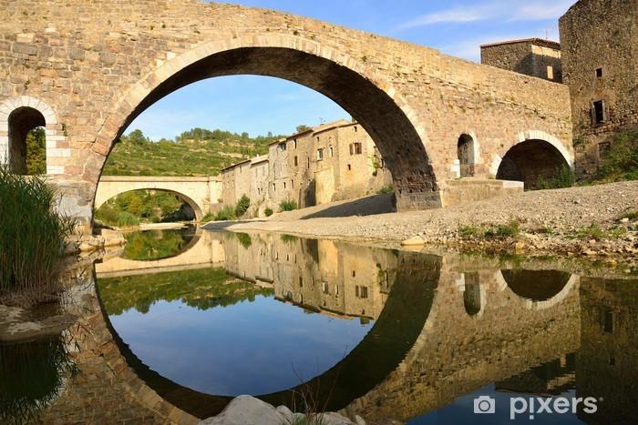 Nálepka Pixerstick Středověký most a domy v Lagrasse, a odraz v wa - Památky