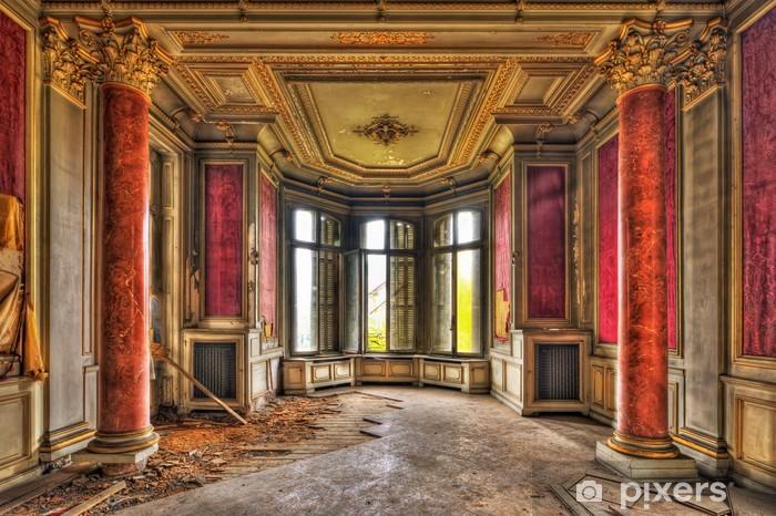 Fototapeta winylowa Pusty majestatyczny pokój w opuszczonym dworku - Zabytki