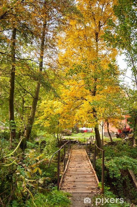 Pixerstick Aufkleber Holz-Fußgängerbrücke in einem herbstlichen schönen lanscape. - Berge