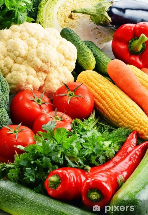 Papier peint vinyle Composition avec une variété de légumes biologiques frais et crus - Thèmes