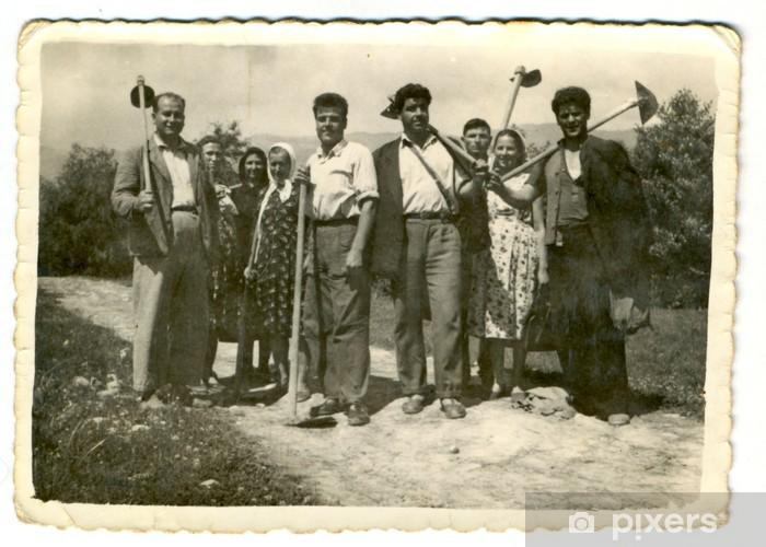 Papier peint vinyle Les villageois posant avec des machines agricoles - vers 1945 - Groupes et foules