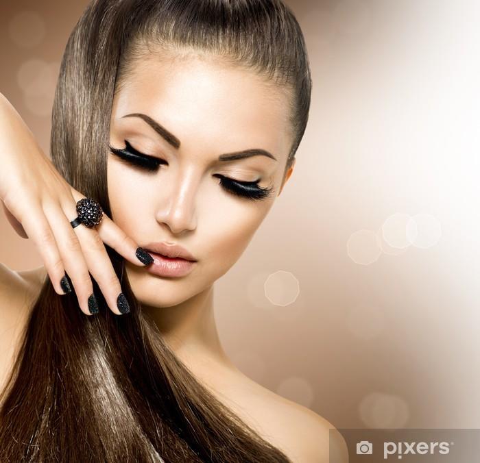 Fototapeta winylowa Modelka piękna dziewczyna z długimi brązowe włosy zdrowe - Moda