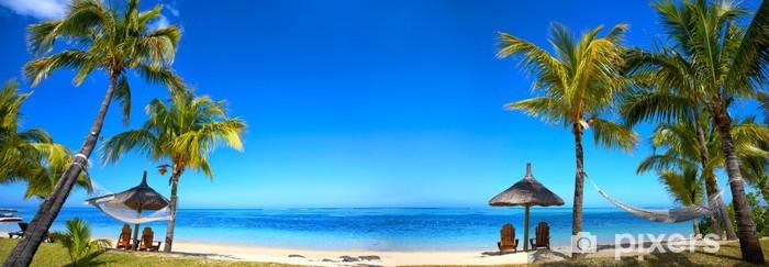 Papier peint vinyle Panorama de la plage tropicale avec chaises longues et parasols - Palmiers