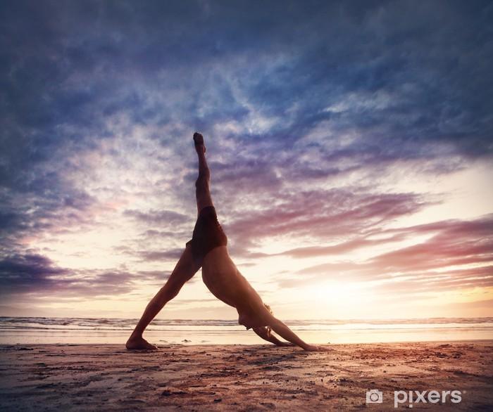 Papier peint vinyle Yoga sur la plage - Pour salle de gymnastique & fitness club