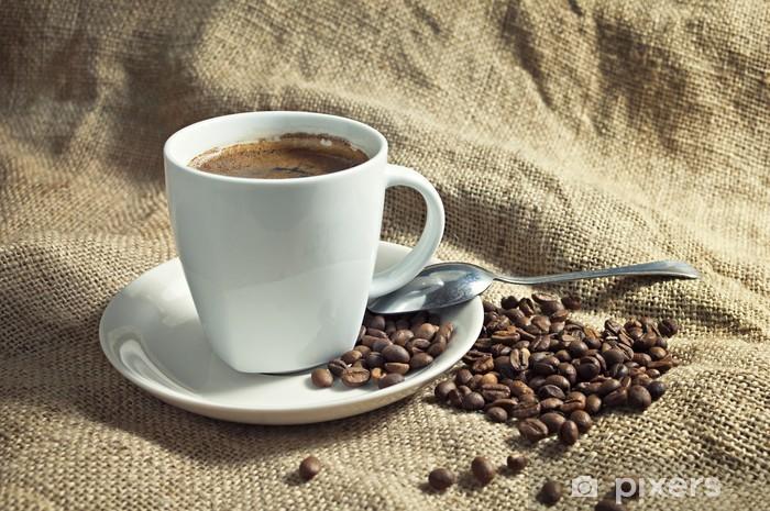 Vinyl-Fototapete Warme Tasse Kaffee mit Kaffeebohnen. - Themen