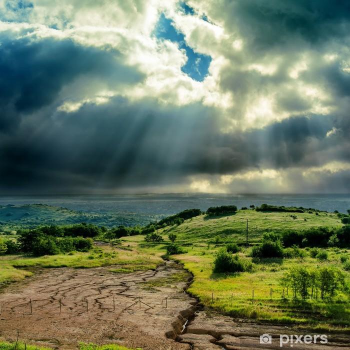Fototapeta winylowa Ciemne dramatyczne niebo nad górskich z erozją - Niebo