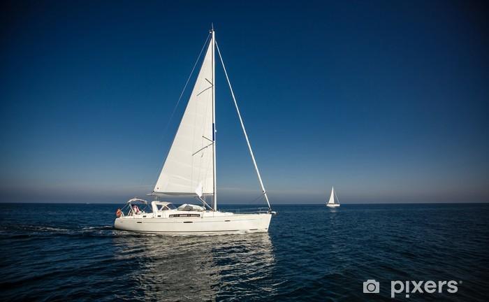Fototapeta winylowa Żeglarstwo jachty z białymi żaglami statku - Wolność