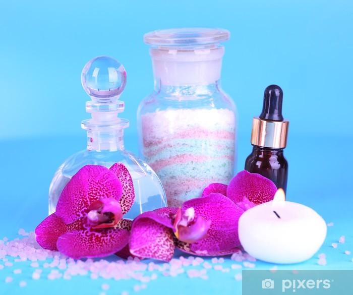 Vinyl-Fototapete Schöne Spa-Einstellung mit Orchideen auf blauem Hintergrund - Blumen