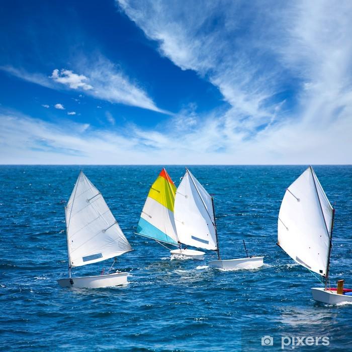Fototapeta winylowa Żaglówki Optimist nauki do wypłynięcia w basenie Morza Śródziemnego w Denia - Woda