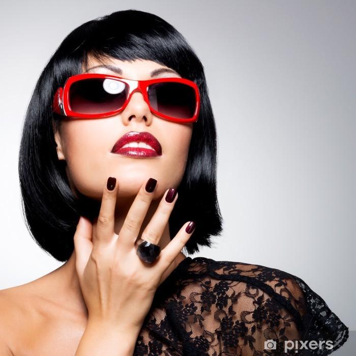 Papier peint Belle femme brune avec coiffure tourné avec des lunettes de soleil  rouges 8ae218e3ee22
