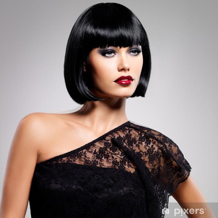 Plakat Piękna brunetka kobieta z fryzura strzał -