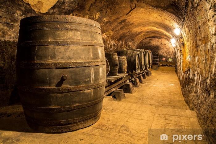 Fototapeta winylowa Stare drewniane beczki wina w piwnicy - Przemysł ciężki