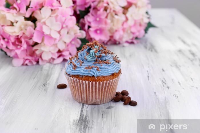 Papier peint vinyle Petit gâteau savoureux avec de la crème au beurre, la couleur de fond en bois - Bonbons et muffins