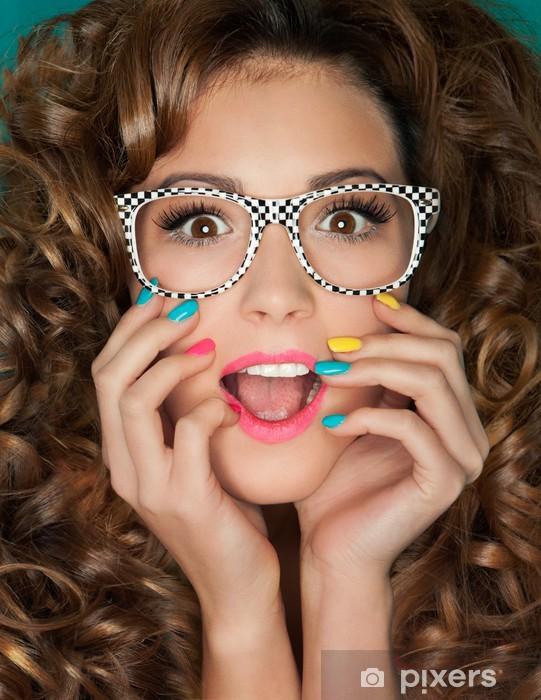 8bebee16607d Ung attraktiv overrasket kvinde iført briller Fototapet • Pixers ...