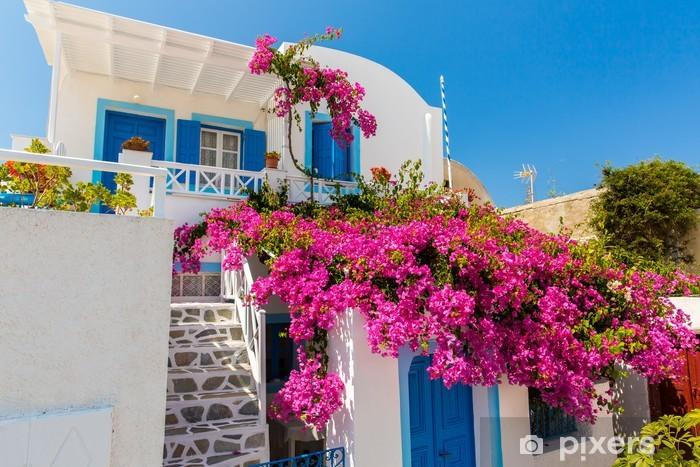 Sticker Pixerstick Fleurs de bougainvillées dans la ville de Fira - île de Santorin - Europe