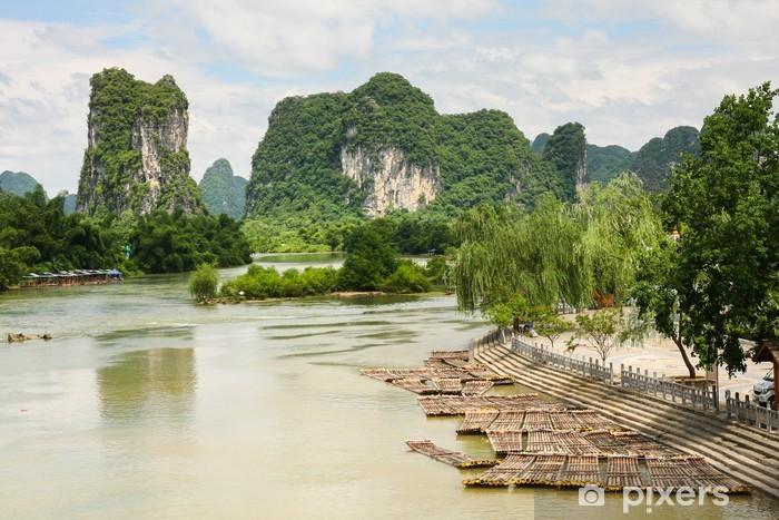 Sticker Pixerstick Radeaux de bambou dans un paysage idyllique de la rivière Li Yangshuo Chine - Eau