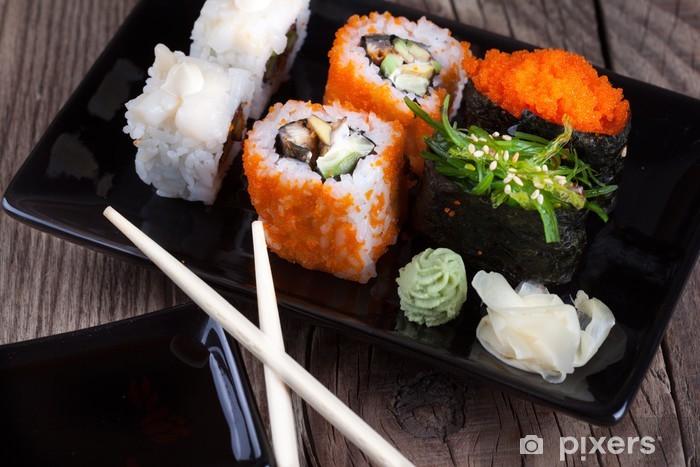 Vinyl-Fototapete Maki-Sushi auf Holzuntergrund - Sushi