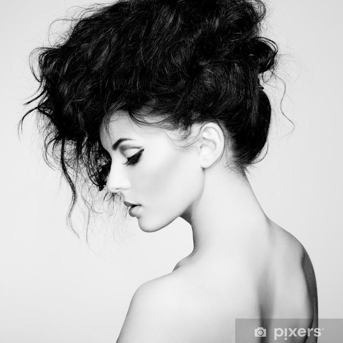 Fotomural Estándar Foto en blanco y negro de la mujer hermosa con el pelo magnífico -