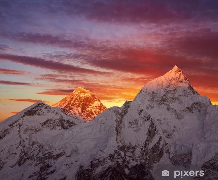 Fototapeta winylowa Złota piramida Mount Everest (8848 m npm) na zachodzie słońca. - Tematy
