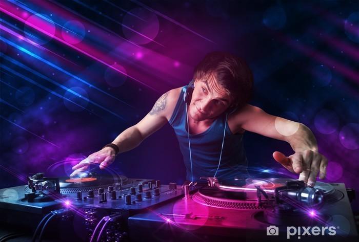 Vinyl-Fototapete Junge DJ spielt auf Drehscheiben mit Farbe Lichteffekte - Entertainment