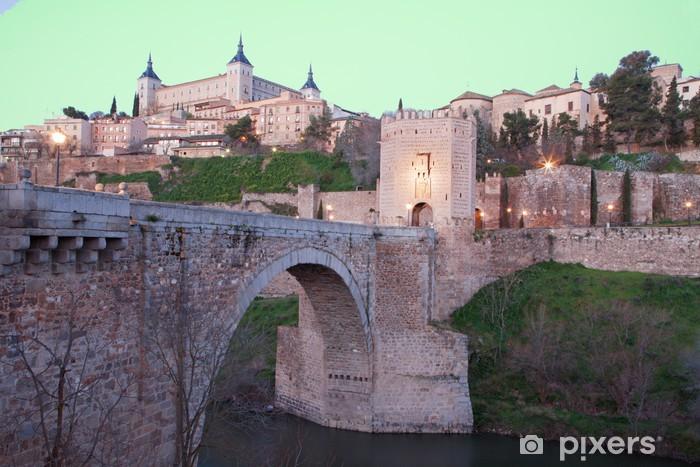 Vinilo Pixerstick Toledo - Alcázar y punto Alcantara puente en la mañana atardecer - Europa