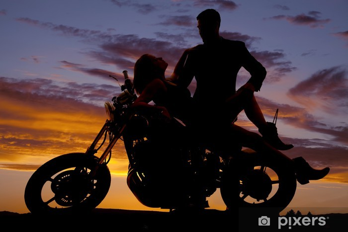 Fototapeta winylowa Kobieta położyła się na motocykl mężczyzna stoją sylwetkę - Tematy