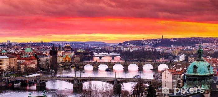 Fototapeta winylowa Mostów w Pradze na rzece o zachodzie słońca - Praga