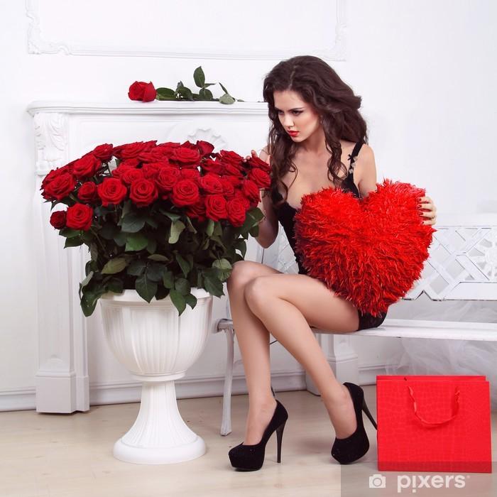 607de0b2f Vinylová fototapeta Sexy krásná žena drží červené srdce a kytice růží. Va -  Vinylová fototapeta