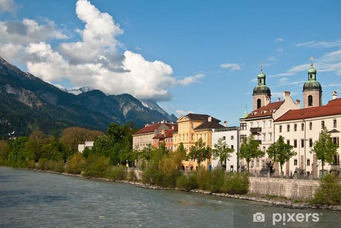 Nálepka Pixerstick Město na pozadí hor a mraky - Evropa